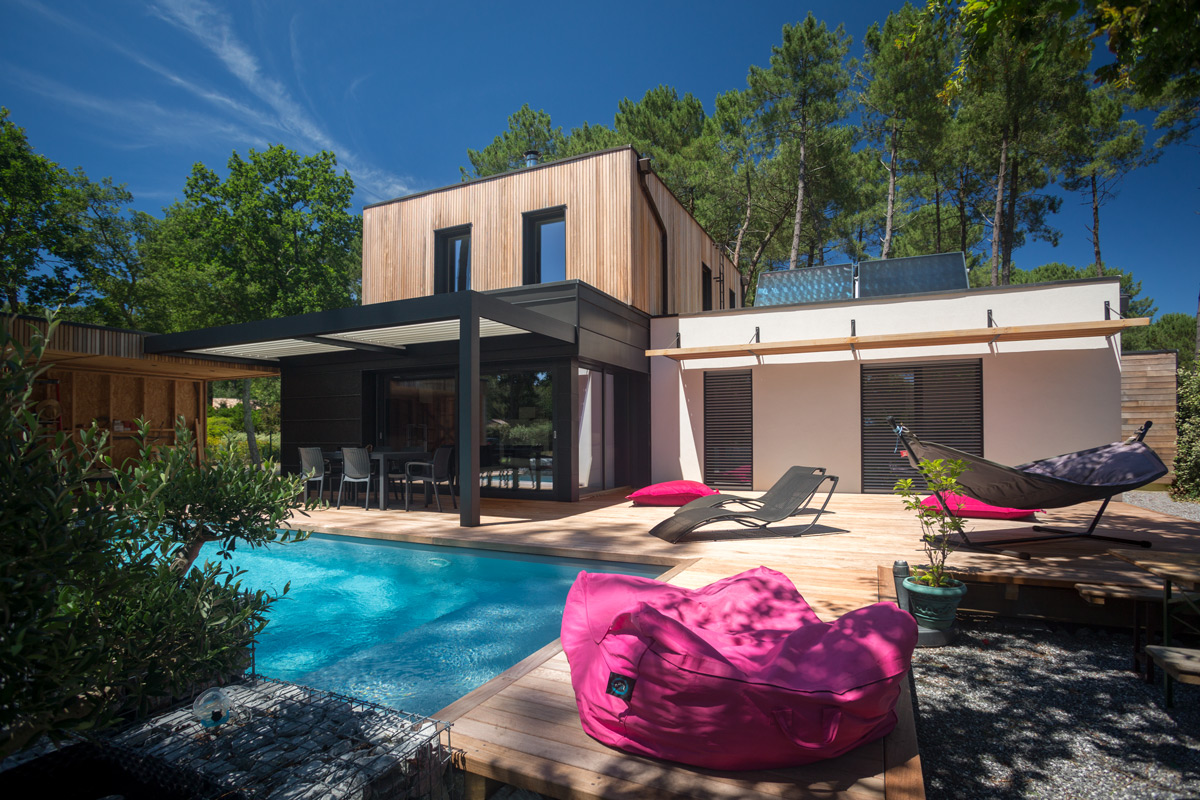 Maison passive bioclimatique avec piscine construction for Piscine ossature bois